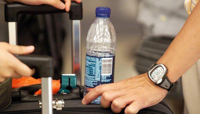 El secreto de los aeropuertos por el que no te dejan pasar botellas de agua
