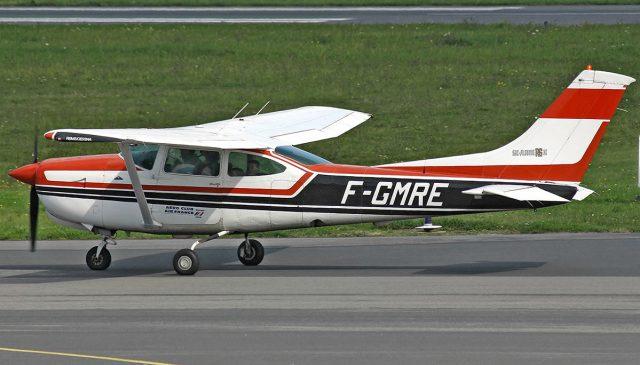 Piloto es multado por salir a pasear en su avión por estar
